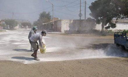 Chepén: Vecinos limpian las calles con cal para protegerse del coronavirus