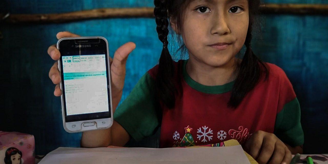 Tres niñas estudian desde un solo celular con la pantalla rota en La Esperanza